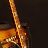 Combo förstärkare för elektrisk gitarr med gitarrhalsen på svart bakgrund Grunt djup av fältet, låg tangent, slut upp Fokus på Royaltyfria Foton