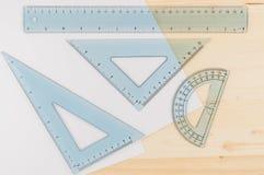 Combo uppsättning och papper för linjal Linjalen gradskivan, triangeln, bästa sikt, stänger sig upp Begrepp kopieringsutrymme royaltyfri bild