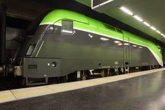 Comboio da periferia grande do passageiro no metro fotos de stock royalty free