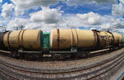 Comboio de mercadorias com carros do petroleiro imagem de stock royalty free