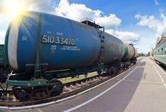 Comboio de mercadorias com carros do petroleiro foto de stock royalty free