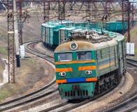 Comboio de mercadorias elétrico pesado imagens de stock royalty free