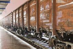 Comboio de mercadorias na estação fotos de stock