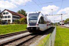 Comboio de passageiros em uma estação rural foto de stock royalty free