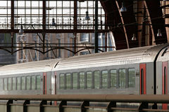 Comboio de passageiros na estação imagem de stock