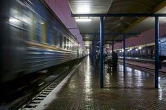 Comboio de passageiros na estação fotos de stock