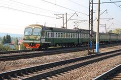 Comboio de passageiros na estrada de ferro elétrica fotografia de stock royalty free