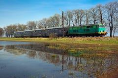Comboio de passageiros que passa através do campo imagem de stock royalty free