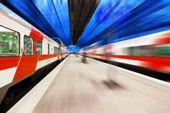 Comboio de passageiros que passa a estação de comboio imagens de stock royalty free