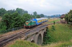 Comboio de passageiros que sae da estação fotografia de stock