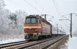 Comboio de passageiros transportado pela locomotiva elétrica fotografia de stock