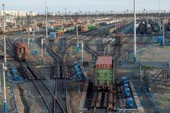 Comboios de mercadorias e estradas de ferro na estação de comboio grande imagem de stock royalty free