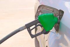 Combustível do carro acima no posto de gasolina Imagens de Stock