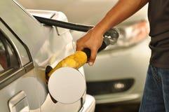 Combustível que enche-se no posto de gasolina Imagens de Stock