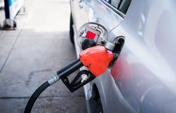 Combust?vel de bombeamento da gasolina no carro no posto de gasolina fotografia de stock royalty free