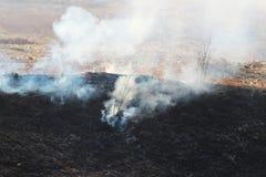 Combustión del humo y de las cenizas imagen de archivo