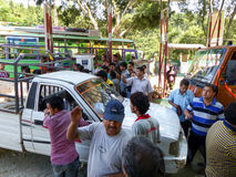 Combustibile aspettante della gente nepalese Immagine Stock