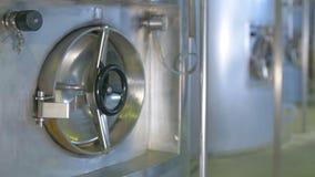 Combustibile, benzina, immagazzinamento nel serbatoio dell'olio in raffineria Colpo del carrello video d archivio