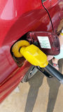 Combustibile che riempie alla stazione di servizio Fotografie Stock Libere da Diritti