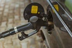 Combustibile di pompaggio della benzina in automobile alla stazione di servizio Immagini Stock