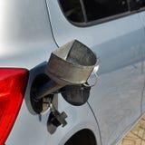 Combustible de colada en el depósito de gasolina del coche Imagen de archivo