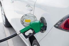 Combustible de gas de aceite rellene y del relleno en la estación Gasolinera - reaprovisionamiento Para llenar la máquina del com imagenes de archivo