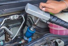 Combustible de la mano encima del vehículo del gas natural Foto de archivo