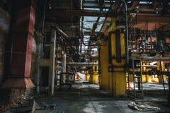 Combustible del metal y producción de energía Rusty Equipment, tubo - tubo en fábrica abandonada Imágenes de archivo libres de regalías