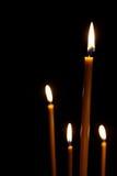 Combustion dans l'obscurité pour quatre bougies de cire Photographie stock