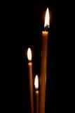 Combustion dans les bougies foncées de chandelle Images stock