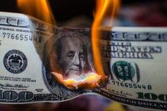 Combustion de cent dollars image libre de droits