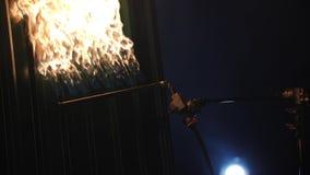 Combustion de la voie de garage grise en métal avec la torche de butane Dans l'obscurité Plan rapproché banque de vidéos