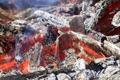 Combustion des charbons chauds blancs et des flammes rouges lumineuses Photo libre de droits