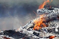 Combustion des charbons chauds blancs et des flammes rouges lumineuses Photos stock
