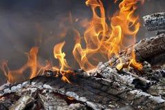 Combustion des charbons chauds blancs et des flammes rouges lumineuses Image stock