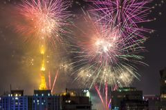 Combustion des feux d'artifice pendant le Reveillon au Brésil Images stock