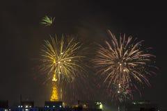 Combustion des feux d'artifice pendant le Reveillon au Brésil Image libre de droits
