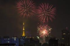 Combustion des feux d'artifice pendant le Reveillon au Brésil Photographie stock libre de droits