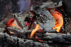 Combustion noire en bois photo stock