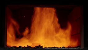 Combustione del fuoco in fornace stock footage