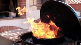 Combustione del fuoco nella griglia archivi video