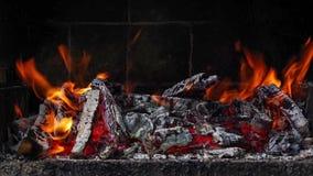 Combustione del fuoco in un barbecue del mattone stock footage