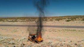 Combustione dell'automobile vicino alla strada stock footage