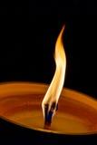 Combustione della candela nel cimitero alla notte immagini stock libere da diritti