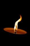 Combustione della candela nel cimitero alla notte fotografia stock libera da diritti