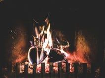 Combustione di legno in camino a casa alla notte Fotografia Stock Libera da Diritti