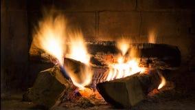 Combustione reale del fuoco di legno in camino Fiamme e legno d'ardore Immagini Stock