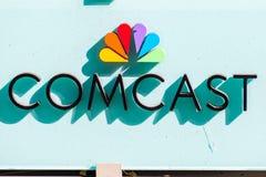 Comcast-Logo vor ihren Büros lizenzfreie stockfotos
