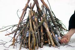 Começando um fogo no inverno Imagens de Stock Royalty Free