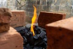 Começando uma fogueira em um lugar rústico imagens de stock